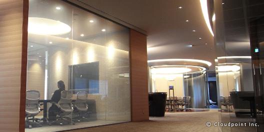 会議室のRガラス面に最適な瞬間調光