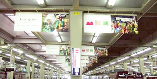 アパレル×駅構内フラッグ広告