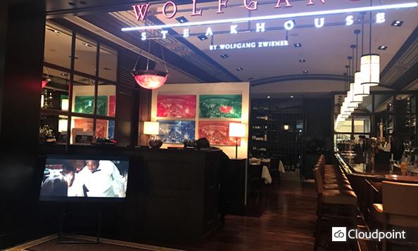 ウルフギャング・ステーキハウス大阪店 店頭サイネージ