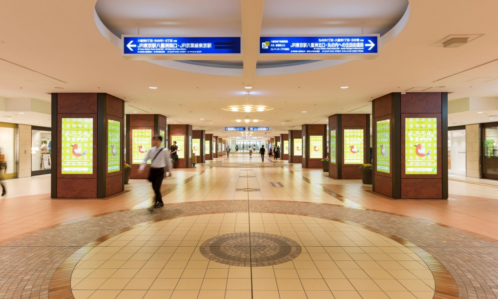 地下街利用者 最大約15万人にアプローチ 柱巻き52面のサイネージで東京駅 八重洲地下街をジャック!
