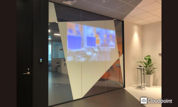 オフィスエントランスをデザイン空間へ ガラス面を2種のフィルムで演出