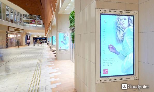 連続8面にサイネージを導入 施設への通路柱を広告媒体として活用