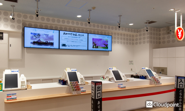 会計待ちのお客様へ観光情報・商品情報を訴求 レジカウンター上に設置の3面液晶ディスプレイで販促支援