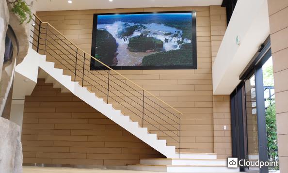 大型LEDビジョンのダイナミックな映像により、校舎エントランスを上質な空間に演出