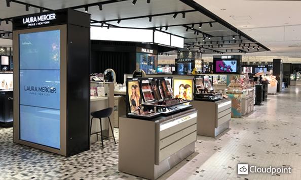 化粧品ブランドが集まるフロアにデジタルサイネージを導入 オリジナル筐体設計でフロアの空間統一を図る