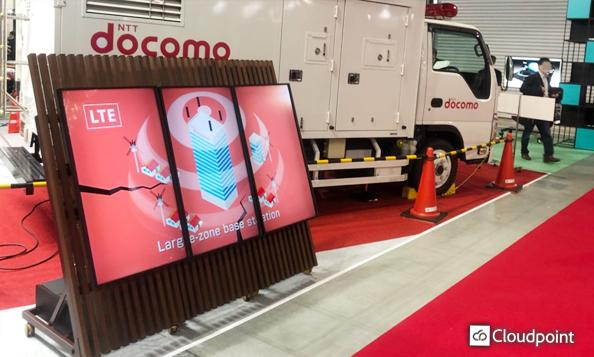 同期放映による大画面演出・簡易的な移動 展示会にてマルチスタンドボードサイネージを採用