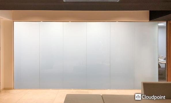 オフィスエントランスと会議室の間仕切りガラスにTANYO FOGLEARを採用 開放的なオフィス空間と機密空間の両面を確保