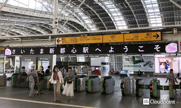 駅改札口上部に横長大型LEDビジョンを設置 視認性の高い情報表示で、改札口の混雑を回避