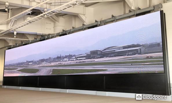 ダイナミックな滑走路ライブ中継映像を空港内旅客ターミナルの大型LEDビジョンで放映