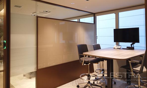 パーテーションメーカーのショールーム内にTANYO FOGLEARを設置 オフィスにおける商談時のプライベート性を担保