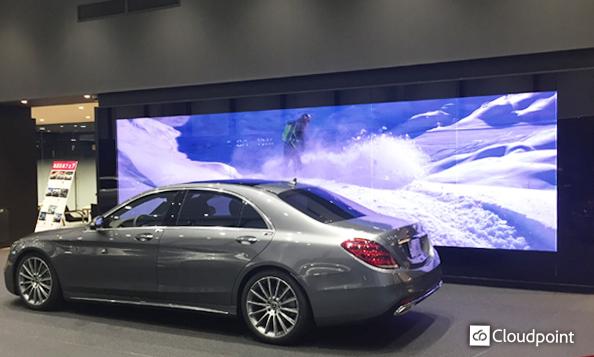 幹線道路沿いのショールーム内に大型LEDビジョンを導入 ガラス越しからでも目を引く大型スクリーンとして活用