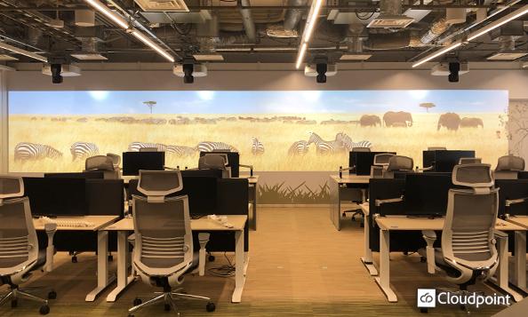 オフィスコンセプトに合わせた動画コンテンツを制作 プロジェクターで同期放映する大画面サイネージ