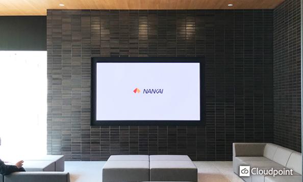 本社エントランスへダイナミックなLEDビジョンを採用 壁面埋込で上質な空間を保ち、会社紹介の映像放映でお客さまをお出迎え