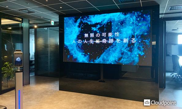 大画面で企業イメージを放映しインパクトのある空間を演出 シームレスな映像表現が可能なLEDビジョンをエントランスに導入