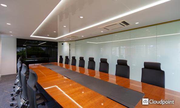 会議室間仕切りにTANYO FOGLEARを導入 開放的な空間と商談時の機密性を確保