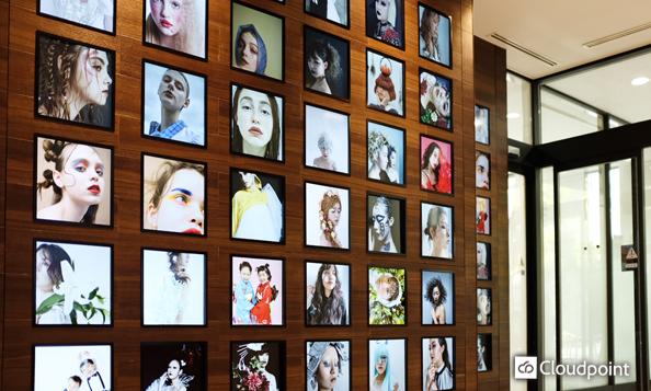 エントランスの壁一面をギャラリー化 在校生のモチベーション向上と来校者の期待感を促進