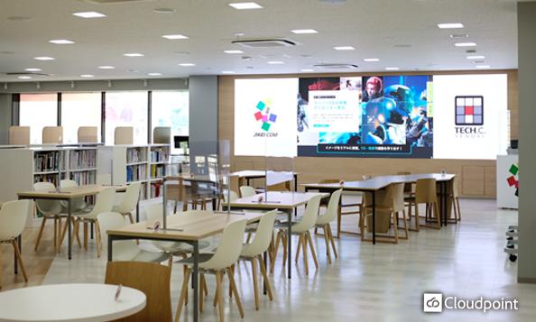 図書室へ大型LEDビジョンを導入 学内情報を放映しコミュニティー活性化を促す空間へ