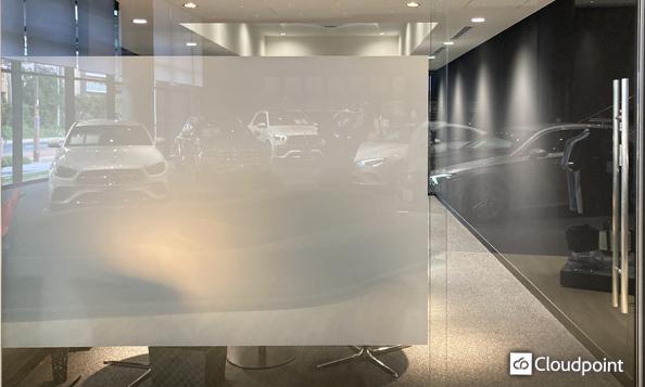 店舗内の納車スペースへTANYO FOGLEARを導入 目線を遮りプライベート空間を演出