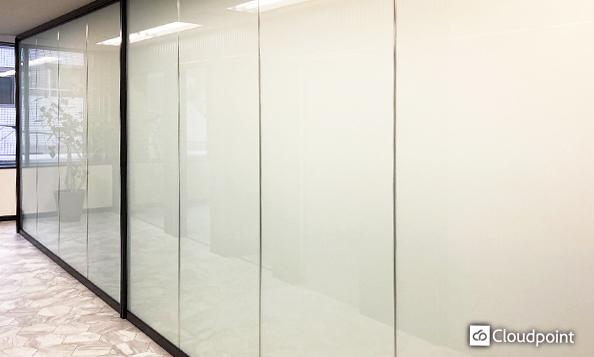 オフィス内通路と執務室の間仕切りにTANYO FOGLEARを採用 視界を遮り洗練された空間を確保