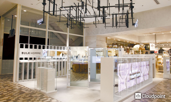 先進的な店舗空間と非対面接客を実現 特殊ミラーガラス×インタラクティブコンテンツを搭載
